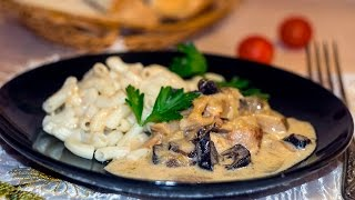 Мясо в сметанном соусе в грибами на сковороде