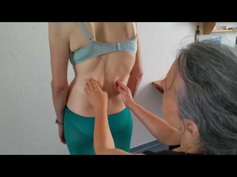 Arthrokinematik MR: Dr. med. Dorin Ritzmann zeigt die Untersuchung im Stehen