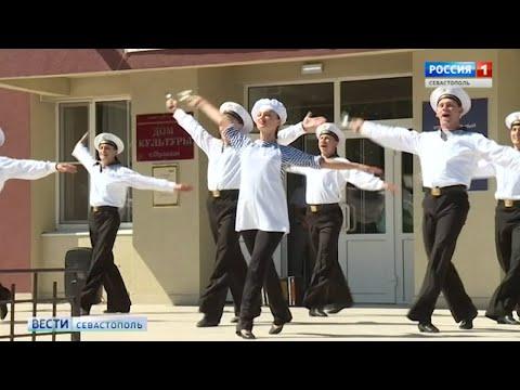 На выборах в Севастополе танцевали, проверяли здоровье и дарили флешки