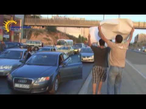 الحراك الشبابي يغلق طريق الجامعة احتجاجا على رفع اسعار المحروقات  - 15:21-2018 / 1 / 19