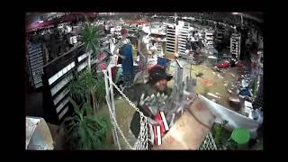 Raw: Looters steal from Houston beauty store during Harvey flooding