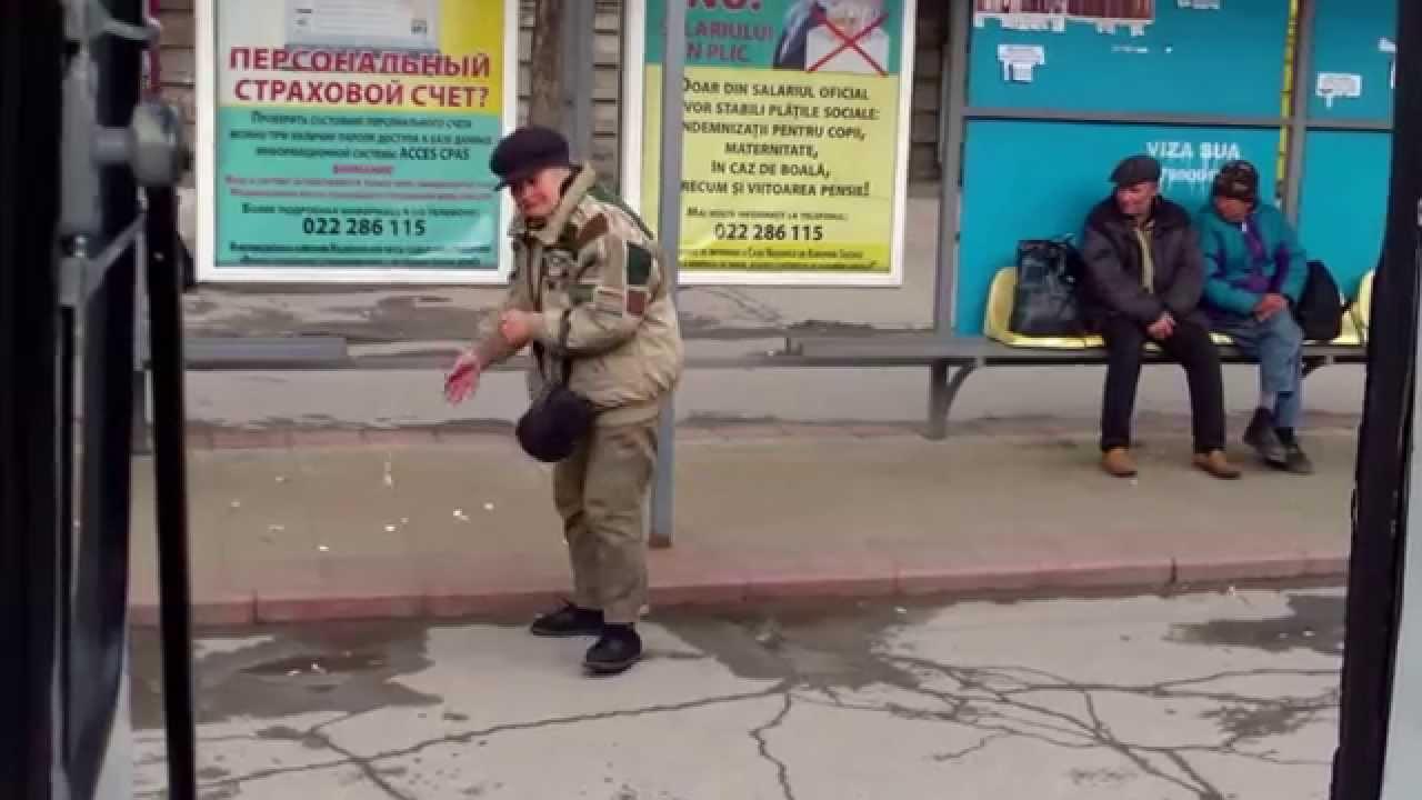 Hrănea porumbeii la stația de la Gara Chișinău