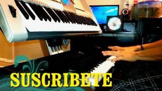 Tecladista Reyes Garcia ensayando canciones de quebradita moviditas