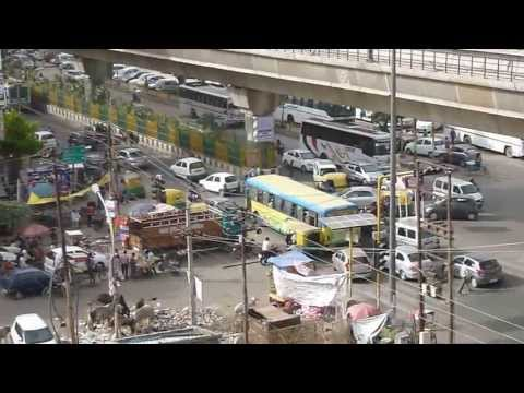New Delhi busy intersection with cows, Tuc Tuc. Verkeer New Delhi met Tuc Tuc, koeien ect.