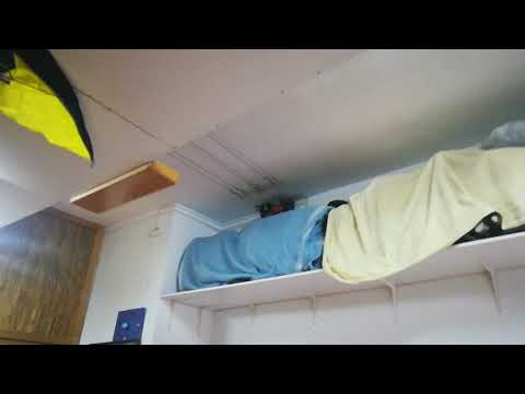 Maqueta de Scalextric colgada del techo