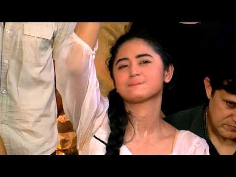 Syuting Film, Dewi Perssik Tertelan Ombak