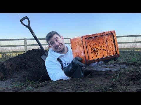 I Went Metal Detecting & Found Old Rusty Abandoned Safe… (Treasure Hunt Challenge)