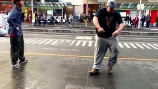 Прикольный танец толстого уличного танцора . Уличные танцы. Танец толстяка
