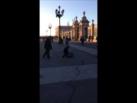 violin player outisde the palace of madrid wedding song
