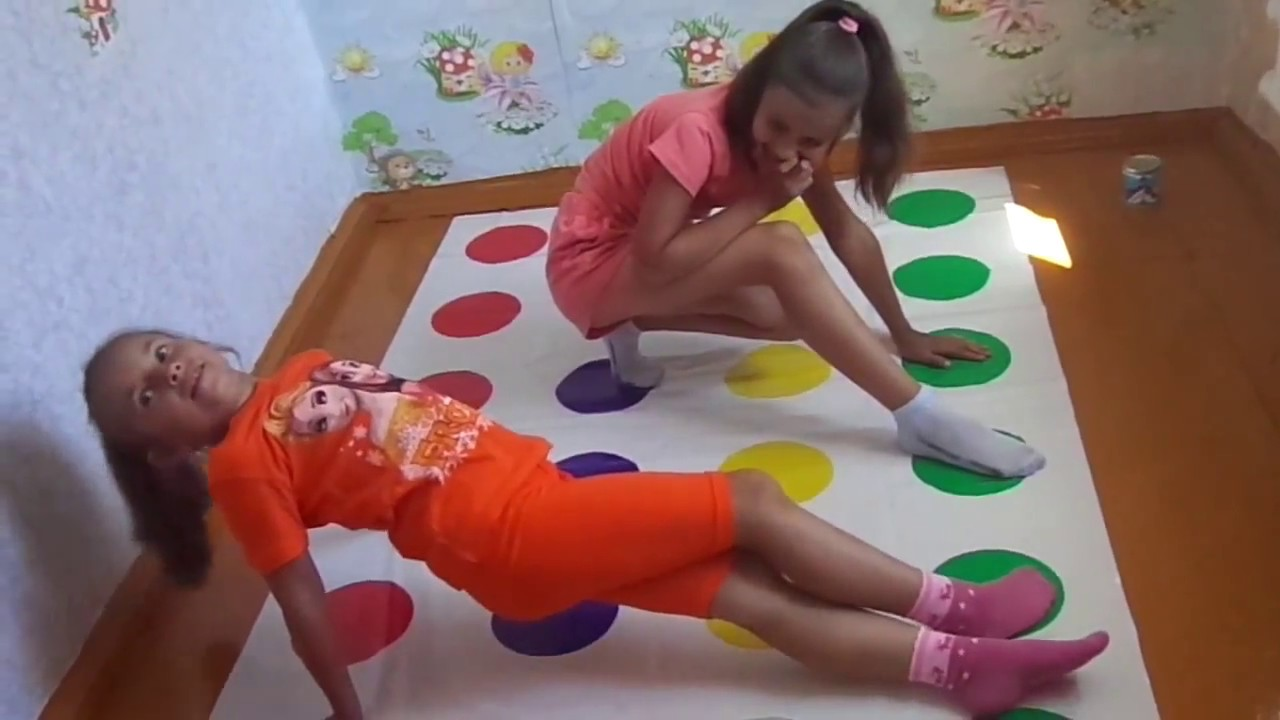 Челлендж играем в игру Твистер Лена против Алёны. Challenge Play the game Twister