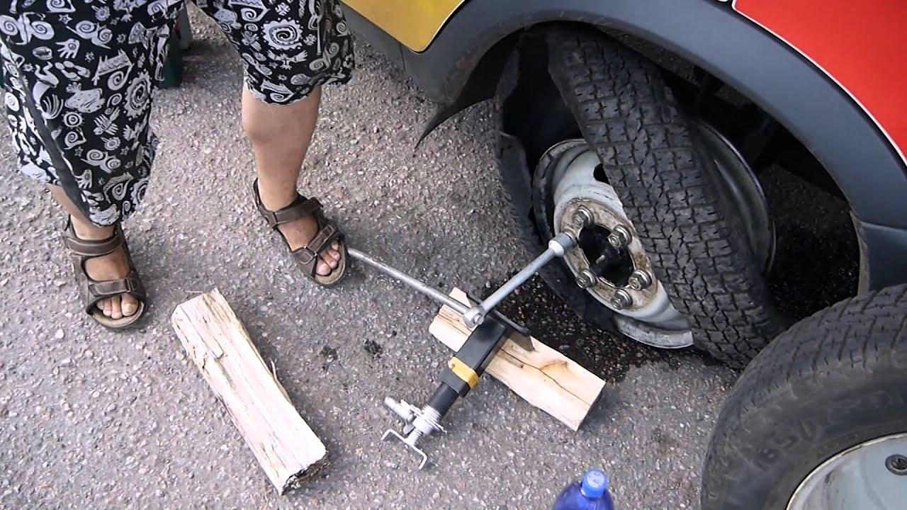 Как открутить гайки на колесе автомобиля.