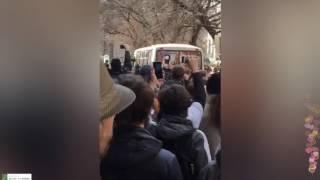 Смотреть видео Навального упаковали в пазик  Стреляли !  Митинг Москва. онлайн