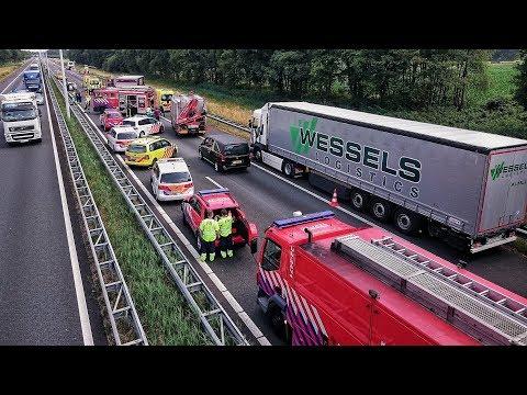 Grote inzet Brandweer, Politie en Ambulances bij zwaar ongeval op de A58 bij Oirschot - 23-06-2017: Grote inzet Brandweer, Politie en Ambulances bij zwaar ongeval op de A58 bij Oirschot, 23-06-2017.  Twee gewonden bij ernstig ongeval op de A58 bij Oirschot  Oirschot - Op de A58 richting Eindhoven heeft vrijdagmiddag een ernstig ongeval plaatsgevonden. Het ongeluk gebeurde ter hoogte van Oirschot. Bij het ongeval zijn een vrachtwagen, touringcar en een personenauto betrokken geraakt. De hulpdiensten rukte massaal uit naar het ongeval.  Meerdere hulpdiensten kwamen ter plaatsen, waaronder een traumahelikopter. Deze lande op de snelweg om het ambulancepersoneel ter ondersteunen. Er vielen bij het ongeval twee slachtoffers, deze zijn beide met de ambulance overgebracht naar het ziekenhuis. De slachtoffers zaten enige tijd bekneld in de personenauto, ze zijn door de brandweer uit hun benarde positie bevrijd.  Volgens de politie lijkt het erop dat de touringcar op de auto is gebotst. Daarna kwam de auto klem te zitten tussen een vrachtwagen en de touringcar. De touringcar vervoerde op dat moment geen passagiers. De bestuurders van de vrachtwagen en de touringcar zijn met de schrik vrij gekomen.  De VOA van de politie, Verkeers Ongevallen Analyse, heeft onderzoek gedaan naar de toedracht van het ongeval. Wat de toestand van de twee slachtoffers is, is op dit moment nog onbekend.  Tijdens het ongeval is de gehele A58 richting Eindhoven afgesloten geweest voor het verkeer. Dit zorgde voor lange files de de A58 van en naar Eindhoven. Rijkswaterstaat heeft omleidingen ingesteld om het verkeer om te leiden via de A65 en de A2. Aan de andere kant van de snelweg ontstond een kijkersfile. De snelweg is rond 18.00 uur weer gedeeltelijk vrijgegeven voor het verkeer. Het verkeer werd over de vluchtstrook langs het ongeval geleid.  Bron: www.district-brabant.nl