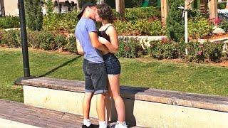 אם אני מצחיק אותך אני מנשק אותך - IF YOU LAUGH WE KISS