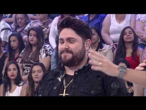 César Menotti e Fabiano fazem homenagem à mãe no palco do programa