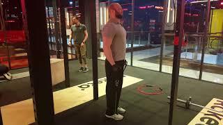 Сгибания рук стоя с эспандером для тренировки бицепса