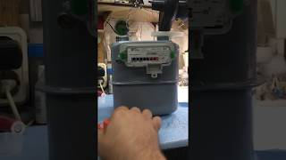 Как  остановить счетчик газа SAMGAS.Gas meter Italy under the panel