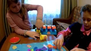 Дети играют с массой для лепки