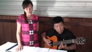 """Bé Tiến Lộc chơi guitar và Quỳnh Nhi hát với bài """"Nhé Anh! - Nguyễn Hà"""""""