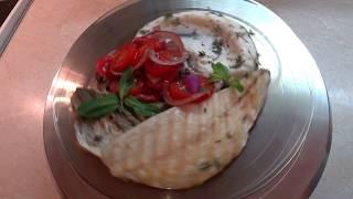 Жаренный сибас на гриле с пюре из цветной капусты и маринованными помидорами
