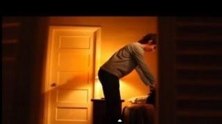 se esconden en el armario de su mamá y descubre lo que nunca imaginaron