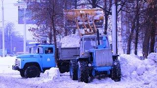 Loader T-150 ship snow, DT-75 helps him /// Погрузчик Т-150 грузит снег, ДТ-75 помогает ему