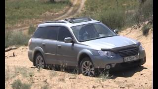 Subaru Outback проезжает песчаный холм