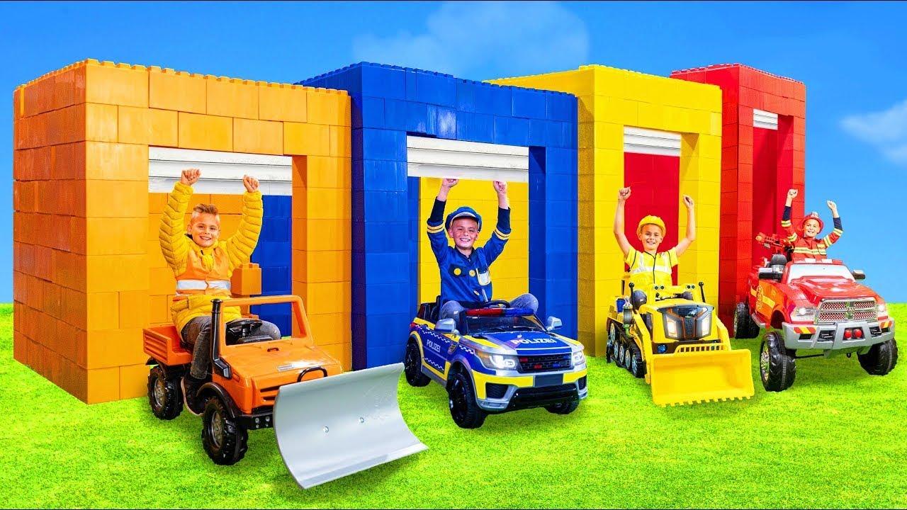 As crianças brincam com carrinhos de brinquedo e aprendem os tamanhos