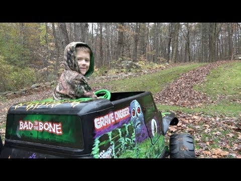 GRAVE DIGGER POWER WHEELS MONSTER TRUCK - EXTREME LEAF PILE FREESTYLE