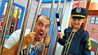 Nastya pretenden jugar a la policía | Pretend Play Police Compilation