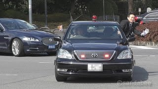 先導の警護車両とけつ持ちパトカーの箱乗り警護で、天皇・皇后両陛下と...