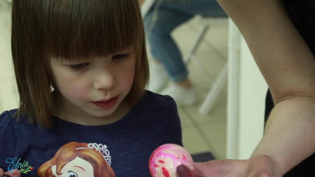 Как дети красят яйца на Пасху. Техника эбру. - YouTube