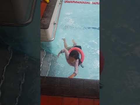 kid swimming at Melbourne city baths Jiwon thích học bơi
