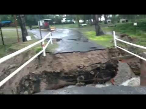 Piedras Blancas: por las intensas lluvias, colapsó el puente de acceso al camping Pirayú
