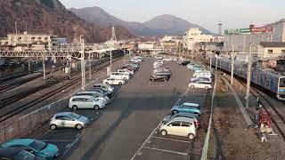 大月駅同時発車 JR東日本と富士急行