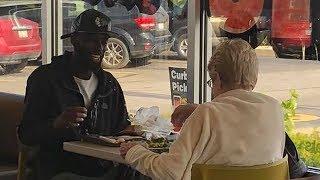 Молодой мужчина согласился пообедать с одинокой пожилой женщиной. Его доброта тронула всех