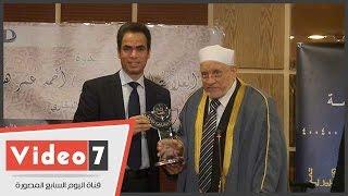 المسلمانى يهدى عمر هاشم درعا رمزيا احتفالا بانتهاء شرح صحيح البخارى