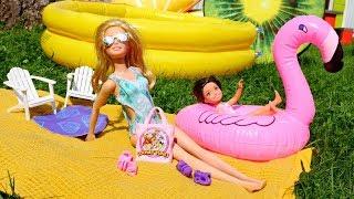 Барби с дочкой в бассейне. Игры для девочек - Лайфхаки для кукол