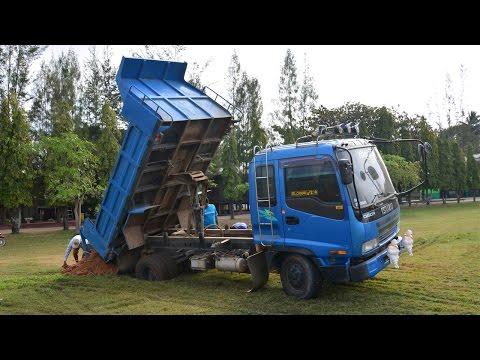 รถดั้มหกล้อขนดินถมสนามฟุตบอล ตกหลุม ติดหล่ม ดูตั้งแต่ก่อนติดแล้วดูวิธีกู้รถติดหล่มกัน Truck Thailand