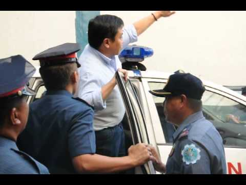 Sen.Estrada surrenders to Camp Crame