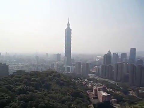 Taiwan  Taipei  Xiangshan  Vistas Skyline desde Elephant mountain con saludo  2015 1