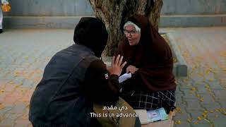 رجل خليجي مجهول يساعد امرأة مصرية تبيع المناديل في الشارع