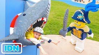 Outdoor Playground untuk anak anak Vlad dan Nikita Berpura pura Bermain di Kapal Bajak Laut