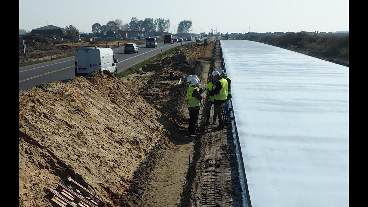 Trwa budowa S17 w stronę Warszawy. Jak wygląda układanie betonowej nawierzchni?