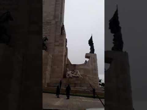 Un hombre subió a la proa del Monumento a la Bandera para pedir que le den un trabajo