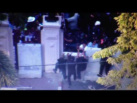 นาที กลุ่มผู้ชุมนุม หน้าสำนักงานตำรวจแห่งชาติ ทำลายประตู บุกรุกและล้มแนวแท่นปูน 13 มกราคม 2557 16