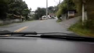 Fazer curvas com segurança usando o freio motor