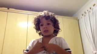 João Pedro imitando o coelhinho Muito triste com a Páscoa.