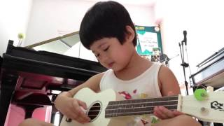 """Bé Nguyễn Duy Đông Nhiên đàn Ukulele bài """"Đàn Gà Con"""" - 12hMusicSchool: 0906.177 176"""