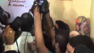 شاهد.. أناقة ليلى علوي تسحر جمهورها والتدافع يجبرها على الخروج من باب العمال